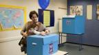Ein junge Frau wähltin Tel Aviv, Israel, during legislative elections, Tuesday, Jan. 22, 2013