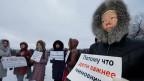 Ein Demonstrant vor der Klinik Nr. 31 in St. Petersburg.