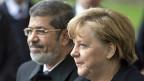 Der ägyptische Präsident Mohammed Mursi wird in Berlin von der deutschen Bundeskanzlerin Angela Merkel empfangen.