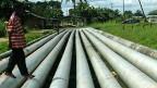 Das Mutterhaus Shell schiebt die Verantwortung für die verseuchte Umwelt auf Shell Nigeria. Eine Ölpipeline führt dirtekt durch ein Dorf.