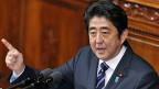 Regierungschef Shinzo Abe möchte Japans Friedenspflicht aufweichen.