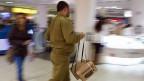 Israelischer Soldat mit Gasmaske.