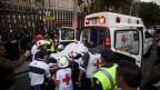 Eine verletzte Person in der Ambulanz nach der Explosion.