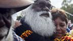 Aborigines verfolgen die Rede Rudds.