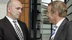 Daniel Zappelli, Staatsanwalt des Kantons Genf (links) unterhält sich mit einem von Gaddafis Anwälte Robert Assaeel.