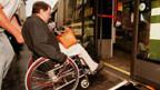 Behinderte können jemanden anstellen, der ihnen hilft.
