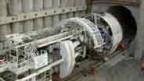 Der riesige Bohrer fährt in den Tunnel ein.