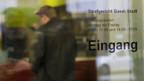 Ein Angeklagter steht bei der Anmeldung des Strafgerichts in Basel.