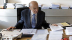 Finanzminister Merz an seinem Arbeitsplatz im Bundeshaus.
