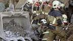Die Rettungsmannschaft versucht die verschütteten Feuerwehrleute zu bergen.