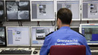 Schweizer Grenzwächter überwacht den Grenzposten in Schaanwald/FL mit Videokameras.