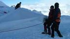 Experten decken den Gurschengletscher mit einer Spezial-Decke.