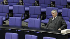 Der deutsche Politiker Otto Schily kündigt seinen Rücktritt an.