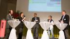 Philipp Scholkmann (v.l.n.r) und Simone Fatzer im Gespräch mit USA-Korrespondent Peter Voegeli, Nahost-Korrespondentin Iren Meier, und diplomatischer Korrespondent Fredy Gsteiger.