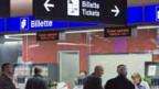 Reisende kaufen Fahrscheine an den SBB-Schaltern