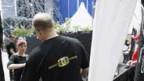Ein Angestellter der Broncos Security kontrolliert einen VIP Gast am Gurtenfestival in Bern.