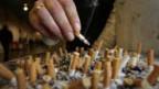 Raucher drückt seine Zigarette aus.