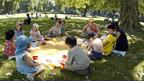 Wegen grosser Hitze Picnic unter schattigen Bäumen - Kindergarten in Zürich.