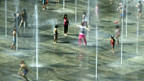Gegen die Hitze hilft - Wasser. Bundesplatz Bern.