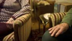 Zwei ältere Frauen im Wohnzimmer