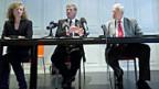 Marianne Zünd, BFE-Pressesprecherin, Pankraz-Freitag, Nagra-Verwaltungsratspräsident und Walter Steinmann, BFE-Direktor an der Medienkonferenz am 10. Oktober