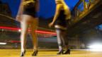 Prostituierte bieten sich am Strassenstrich am Sihlquai in Zürich