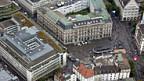Zürichs Haupt-Bankenplatz: Paradeplatz mit UBS, links und Credit Suisse, Mitte.