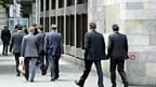 Banker vor der UBS in Zürich - ihr Job verliert rapid an Ansehen.