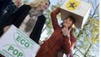 Ecopop überreicht der Bundeskanzlei die Unterschriften ihrer Initiative.
