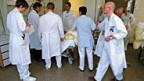 Chefarztvisite - Ansteckungsgefahr ist gross,  auch die Diskussionen ums Impfen nehmen viel Raum.
