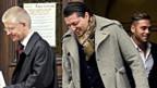 Der Anwalt mit den zwei angeklagten Ex-spielern des FC Gossau während des Prozesses in Bellinzona.
