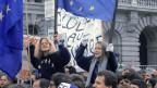 Junge Menschen mit Europa-Fahnen
