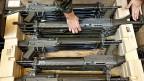 Die Sturmgewehre 90 werden nach der Ausmusterung geprüft - und dann wieder an Rekruten abgegeben.