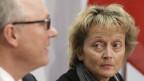 Blick zum neuen Direktor der Eidg. Steuerverwaltung. Bundesrätin Eveline Widmer-Schlumpf und Adrian Hug.