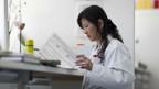 Forschungslaborantin mit Vietnamesischen Wurzeln