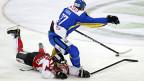 Micki Dupont vom Team Canada im Spiel mit Davos-Spieler Petr Sykora.