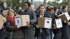 SVP-AktivistInnen reichen in Bern die sogenannte Durchsetzungs-Initiative ein.