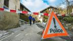 Polizeiabsperrung im Walliser Dorf Daillon - nach einer Schiesserei, die drei Tote und zwei Verletzte forderte.