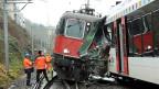 Einsatzkräfte untersuchen die zusammengestossenen Züge in Neuhausen am Rheinfall.