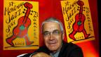 Claude Nobs von vor dem Plakat des Montreux Jazz Festival 2003.