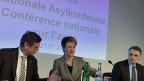 Hans-Jürg Käser, KKJPD; Bundesrätin Simonetta Sommaruga und Mario Gattiker BFM an der Asylkonferenz.