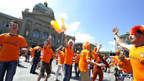 Niederländische Fans freuen sich in Bern auf das Spiel zwischen Holland und Italien.