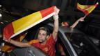 Spanische Fans jubeln.