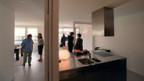 Wohnungssuchende inspizieren eine neu erstelle Wohnung.