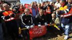 Die Angestellten von SBB Cargo entfernen die Blockade in Bellinzona. © keystone