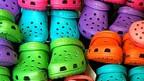 Farbenfrohe Crocs.