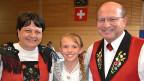 Die glückliche Siegerin: Die 11-jährige Solojodlerin Fabienne Portmann mit Karin Niederberger (Präsidentin Eidgenössischer Jodlerverband) und Richard Huwiler (Präsident Zentralschweizerischer Jodlerverband).