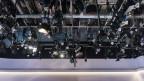 Kameras und Scheinwerfer hängen an der Decke.