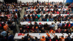 Streikende Bauarbeiter an einer Versammlung im Tessin