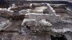 Ausgrabungen der Aargauer Kantonsarchäologie in Windisch. Einige der ausgegrabenen Mauern landen auf dem Schutthaufen.